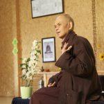 Comment expliquer la méditation aux enfants : la pratique des petits cailloux