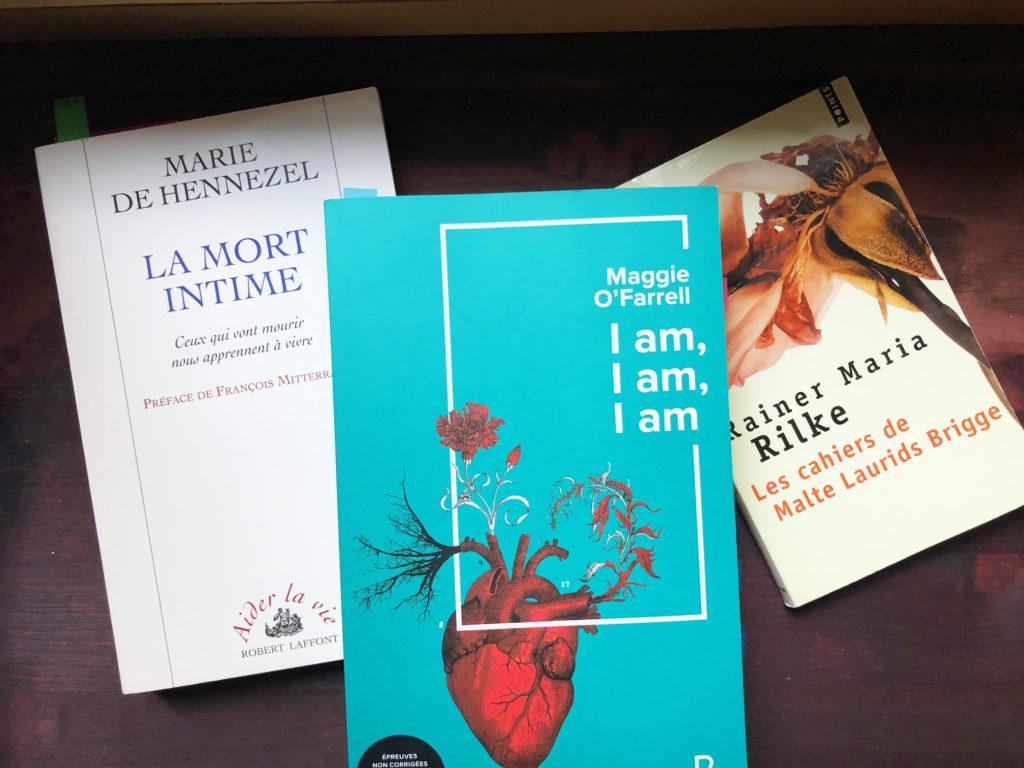 trois livres sont posés sur une table en bois sombre : Maggie O Farrel, Marie de Hennezel et Rainer Maria Rilke